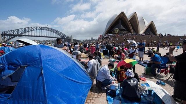 Chiều 31-12, người dân và du khách bắt đầu cắm trại để chuẩn bị ngắm pháo hoa. Ảnh: Herald Sun