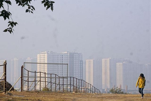Khoảng 7h30 khi mặt trời lên cao, cảnh sắc bắt đầu hiện ra rõ ràng khi nhìn về phía trung tâm Hà Nội.