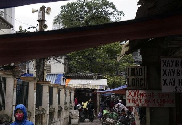 Loa phường trong một khu chợ ở khu vực Thành Công. Nhiều người bán hàng tại đây lại cho rằng nên giữ hoạt động của loa phường vì không phải ai cũng sử dụng các thiết bị truyền thông hiện đại, hệ thống loa phường vẫn cũng cấp nhiều thông tin hữu ích liên quan trực tiếp tới đời sống.