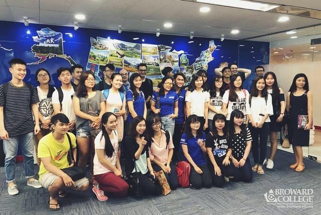 Sinh viên Broward College Vietnam tìm hiểu thông tin tại Trung tâm Văn hóa Mỹ - American Center