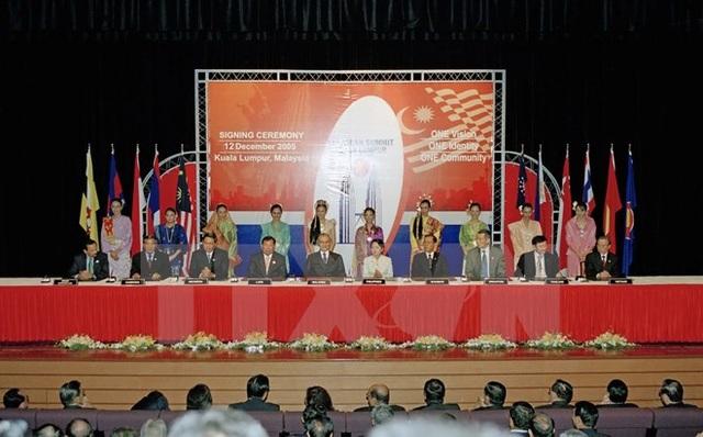 Lãnh đạo cấp cao các nước ASEAN tham dự Lễ ký Tuyên bố Kuala Lumpur về xây dựng Hiến chương ASEAN, ngày 12/12/2005, tại Thủ đô Kuala Lumpur, Malaysia. (Ảnh: Tư liệu TTXVN)