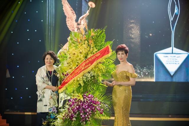 Bà Nguyễn Thị Tuyết Minh -Chủ tịch Hội đồng Doanh nhân nữ Việt Nam (VWEC) chuyển lẵng hoa của Phó chủ tịch nước Đặng Thị Ngọc Thịnh đến bà Đặng Thanh Hằng