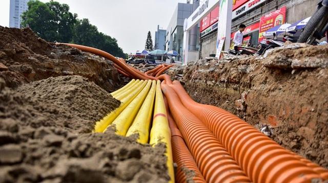 Trong khi một số đoạn đang tiếp tục được trải thảm nhựa, hệ thống cáp điện cũng được lắp đặt.