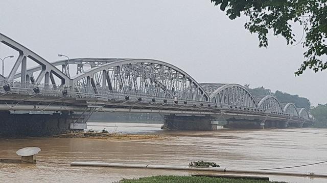 Nước vẫn cuồn cuộn chảy qua cầu Trường Tiền
