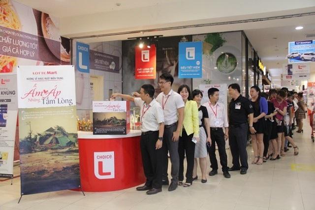 Tập thể nhân viên LOTTE Mart cùng tham gia đóng góp hỗ trợ vào chương trình Ấm áp những tấm lòng
