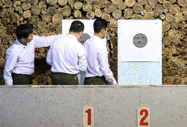 Những vết đạn sau loạt bắn bách phát, bách trúng của các chiến sĩ Cảnh vệ CAND trong phần thi súng ngắn bắn chậm.