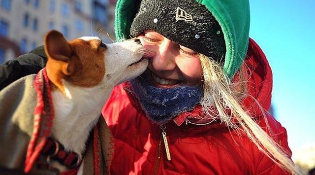 Chú chó bên cô chủ - một người tham gia cuộc diễu hành