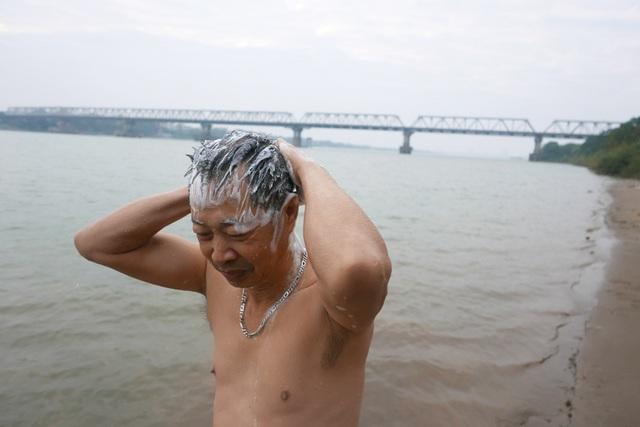 Buổi thể dục khai xuân của ông Phúc kết thúc lúc sau một tiếng hoà mình trong dòng nước, bơi được quãng đường lên tới vài km.