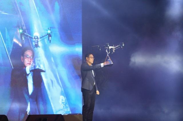 Bên cạnh sự xuất hiện rầm rộ của dàn sao Việt, buổi lễ ra mắt Galaxy A 2017 còn gây chú ý với nhiều hiệu ứng âm thanh, ánh sáng đặc sắc cùng màn ra mắt sản phẩm với flycam hoành tráng của ông Kim Cheol Gi, Tổng Giám đốc Công ty Đện tử Samsung Vina.
