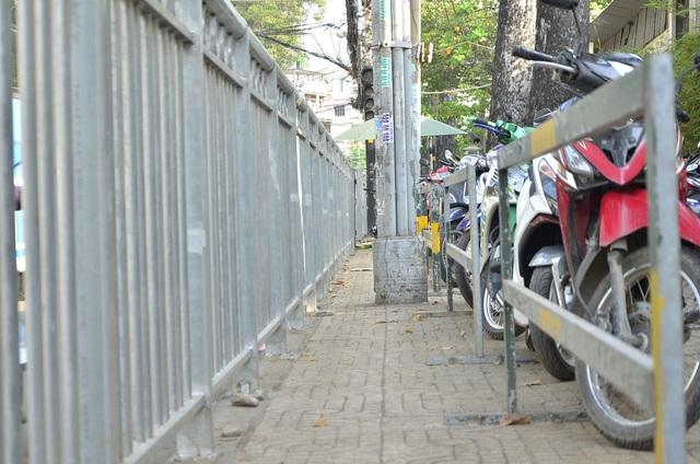 Vỉa hè đường Thuận Kiều bị thu hẹp do bãi giữ xe 2 bánh