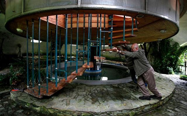 Ngôi nhà này do một kiến trúc sư 73 tuổi tự tay xây dựng, nó có thể xoay quanh trục, nâng cao lên hoặc hạ thấp xuống sát mặt đất.