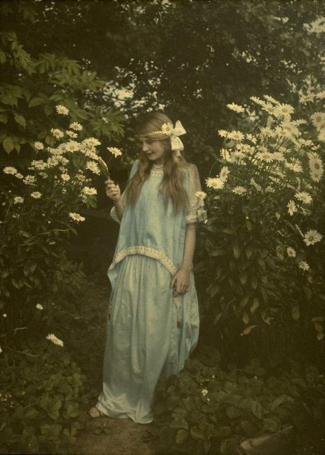 Cô gái trẻ bên vườn hoa chụp năm 1912.