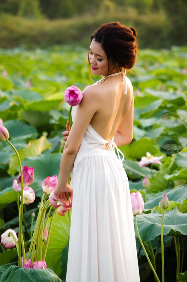 Đây là lần đầu tiên Bùi Linh (20 tuổi), chụp ảnh cùng sen. Cô nàng không ngờ, để có một bức hình ảnh đẹp dịu dàng, thướt tha bên sen lại khó đến thế (ảnh: Cương Pluto).