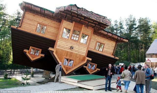 Ngôi nhà lộn ngược này ở Ba Lan đã trở thành điểm du lịch hấp dẫn. Lối vào của ngôi nhà là cửa sổ tầng mái và mọi người có thể đi trên trần.