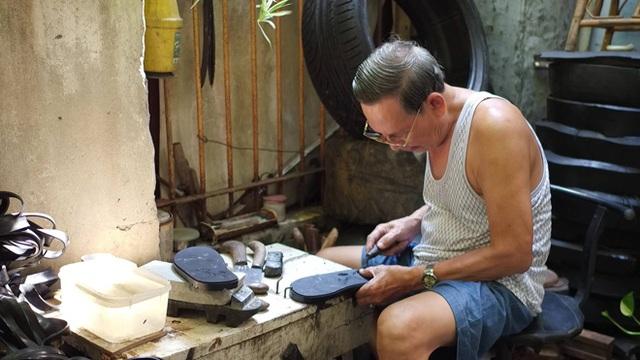 Ông Xuân là người đầu tiên mô phỏng hình bản đồ Việt Nam lên dép lốp