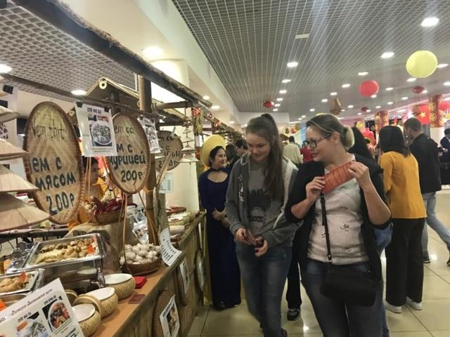 Các bạn trẻ người Nga bị món ăn Việt thu hút.