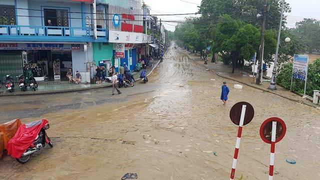 Con đường Huỳnh Thúc Kháng ngập sâu trong bùn đất do lũ đi qua