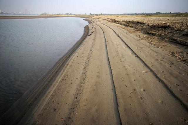 Bãi cát chạy dài dưới chân cầu Vĩnh Tuy.