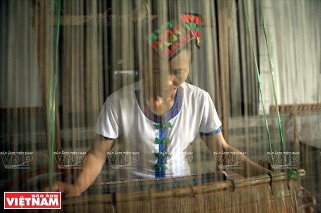Du khách đến thăm bản Xiềng (xã Môn Sơn, huyện Con Cuông) khám phá nghề dệt thổ cẩm của bà con dân tộc Thái.