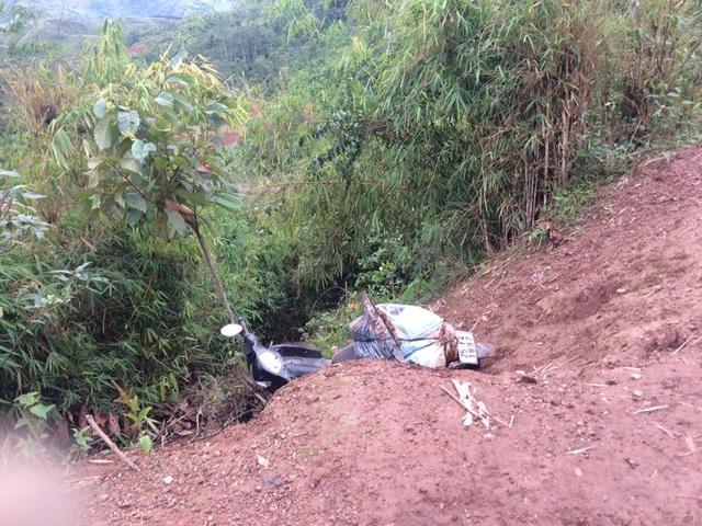 Chiếc xe ngã xuống hỏm dốc, rất may thầy giáo kịp nhảy người ra khỏi xe.