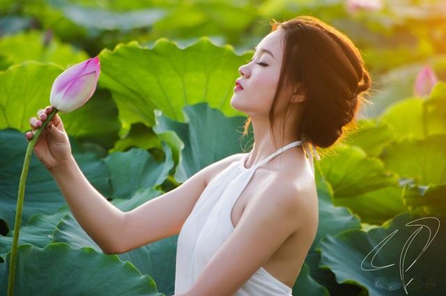 Bùi Linh hướng đến vẻ đẹp đầysức sống của người thiếu nữ hòa quyện với vẻ đẹp bình dị, nền nã của hoa sen (ảnh: Cương Pluto).