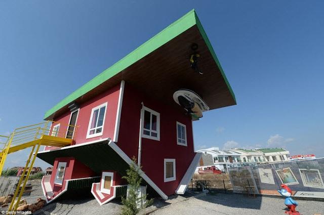 Thiết kế bên ngoài của ngôi nhà lộn ngược tại Antalya, Thổ Nhĩ Kỳ. Nó đã thu hút 30.000 du khách tham quan kể từ khi được xây dựng vào năm 2016.