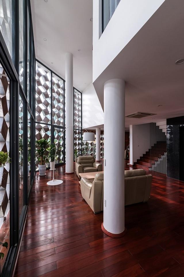 Tầng 3 là phòng khách, bếp và phòng ăn.