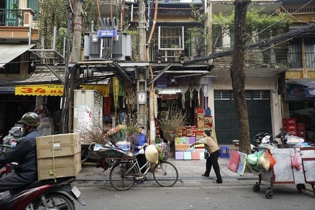 Một người bán đào trên phố Hàng Chiếu.