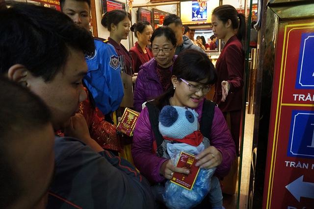 Chị Hương là khách hàng đầu tiên mua được vàng Thần tài này, với giá 3.528.000 đồng/chỉ.