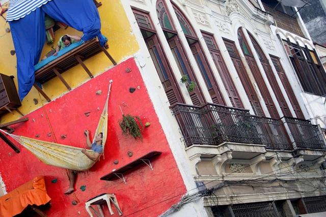 """""""Nhà"""" của nghệ sĩ người Brazil Brazil Tiago Primo và anh trai ông chỉ là những tấm võng, bạt, được đóng trực tiếp lên tường của một ngôi nhà khác."""