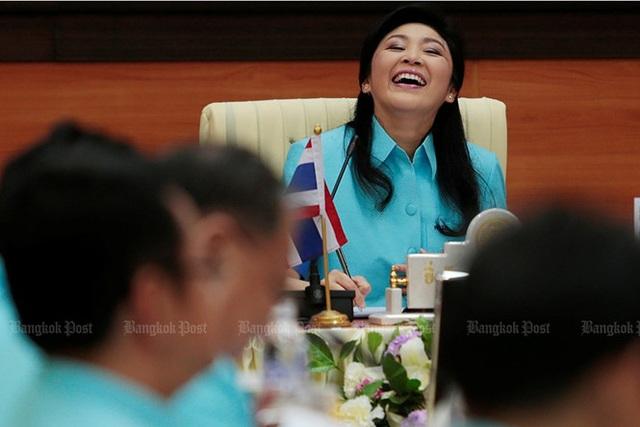 Bà Yingluck cười sảng khoái trong một cuộc họp nội các tại Đại học Kamphaeng Phet Rajabhat (Kamphaeng Phet, Thái Lan) ngày 10/6/2013. Ảnh: Bangkok Post