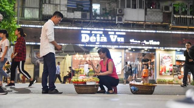 ... đến gánh hoa quả cũng có thể tham gia buôn bán trên phố đi bộ.