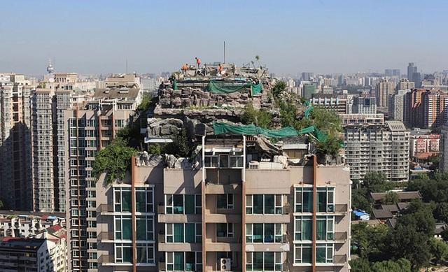 Ngôi nhà lấy ý tưởng từ Hoa Quả Sơn với núi đá giả và cây cối rậm rì được đặt trên nóc một tòa nhà hiện đại.