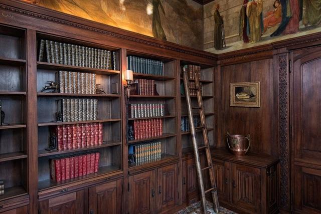 Trong thư viện có chứa 1 bức tranh khắc họa cảnh Vua Arthur và các hiệp sĩ bàn tròn ra sức tìm kiếm chiếc Chén Thánh – 1 vật linh thiêng và đầy quyền năng