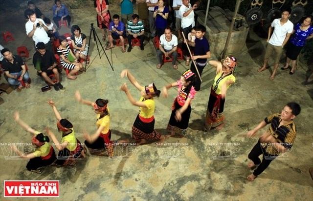 Những cô gái Thái ở bản Rạn (thị trấn Con Cuông) biểu diễn những điệu múa truyền thống phục vu du khách.
