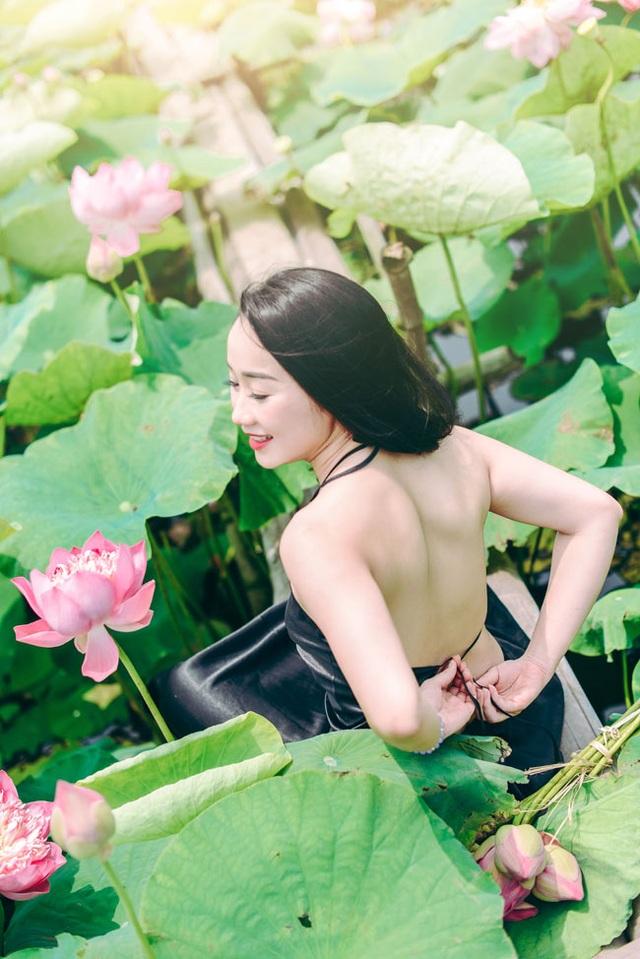 Bờ lưng trần nõn nà của thiếu nữ (ảnh: Lê Xuân Bách).