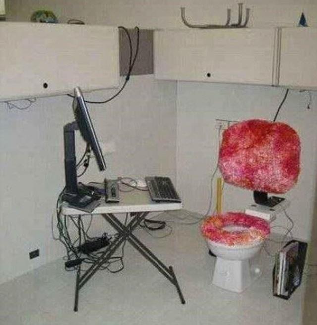 Bàn làm việc độc đáo dành cho những nhân viên ngại ra khỏi chỗ ngồi để đi vệ sinh.