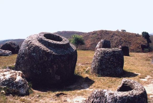 Từ kích cỡ của chum và các hài cốt được tìm thấy bên cạnh, một số nhà khảo cổ tin rằng cánh đồng chum là các nghĩa địa của một nền văn minh cổ đại, hình thành dọc tuyến thương mại giữa sông Mê Kông và Vịnh Bắc Bộ.