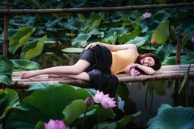 Không ít cô gái muốn lưu khoảnh khắc đẹp bên sen vào lúc đêm muộn (ảnh: Lương Trung Kiên).