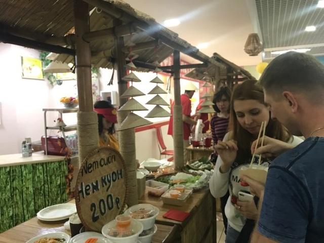 Nem Việt hấp dẫn đến mức không kịp đi về bàn.
