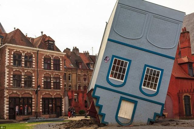Ngôi nhà lộn ngược được trưng bày tại một lễ hội nghệ thuật ở Lille, Pháp.