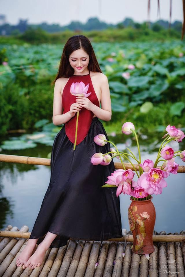 Khoảnh khắc giản dị mà đẹp mê hồn của thiếu nữ bên sen (ảnh: Lương Trung Kiên).