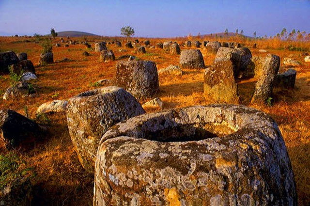 Những chiếc chum nằm thành cụm trên sườn thấp của các ngọn đồi bao quanh thảo nguyên và thung lũng ở tỉnh Xieng Khouang. Nhiều bãi khai thác đá cũng được phát hiện gần các cụm chum này.