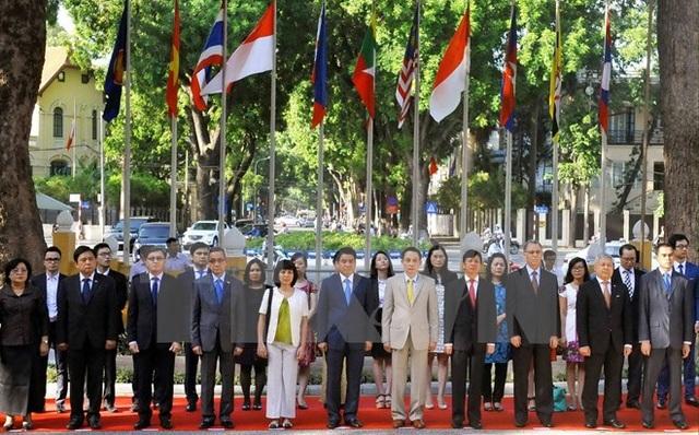 Các đại biểu dự Lễ thượng cờ ASEAN tại Trụ sở Bộ Ngoại giao Việt Nam (Hà Nội), sáng 8/8/2016, nhân kỷ niệm 49 năm Ngày thành lập ASEAN (8/8/1967-8/8/2016). (Ảnh: Nguyễn Khang/TTXVN)