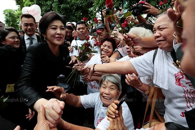 Bà Yingluck đến Tòa án Tối cao tham dự phiên điều trần cuối cùng về cáo buộc liên quan đến chính sách trợ giá gạo hôm 21/7/2017. Ảnh: Bangkok Post