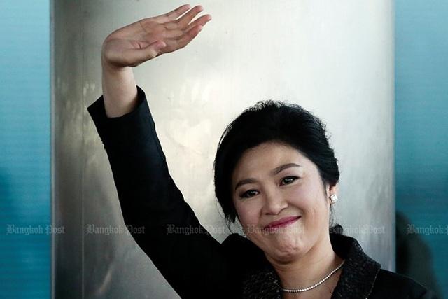 Bà Yingluck vẫy chào báo giới khi tới Tòa án Tối cao hôm 1/8/2017 để bào chữa lần cuối cho mình về cáo buộc lơ là, thiếu trách nhiệm trong chương trình trợ giá gạo. Ảnh: Bangkok Post