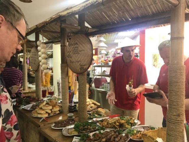 Món ăn một số nước cũng tham dự Festival, trong đó có thịt nước Nga nổi tiếng và Chè Thái.