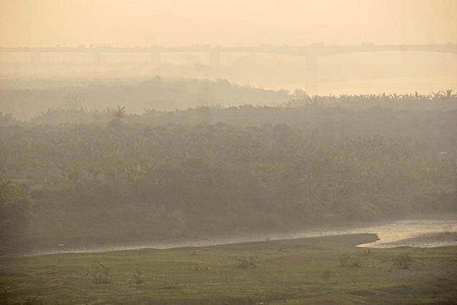 Bãi sông này trải dài trên một vùng rộng lớn với thảm cỏ xanh cây xanh ngắt.