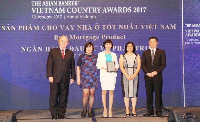 Bà Nguyễn Thị Kim Oanh -PGĐ Ban Phát triển ngân hàng bán lẻ nhận giải thưởng ngân hàng có sản phẩm cho vay nhà ở tốt nhất Việt Nam 2017