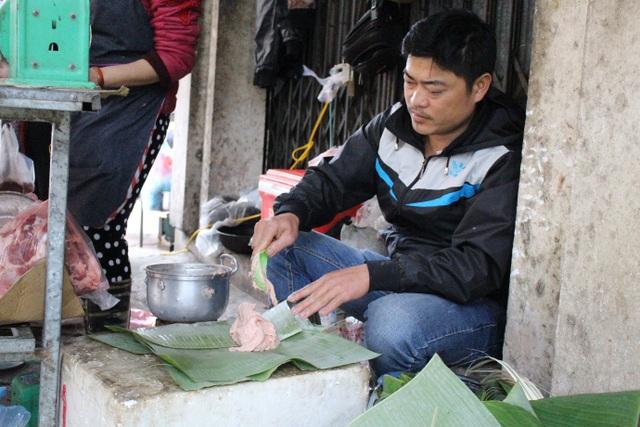 Sau khi chọn mua thịt, khách được làm giò ngay tại quầy